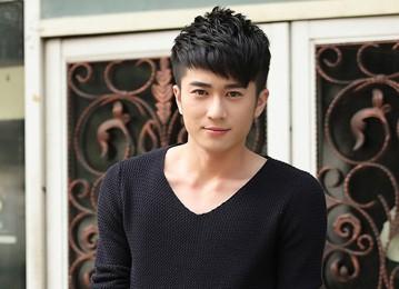 男生蓬松斜刘海发型图片