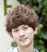 最新日系男生短卷发发型图片