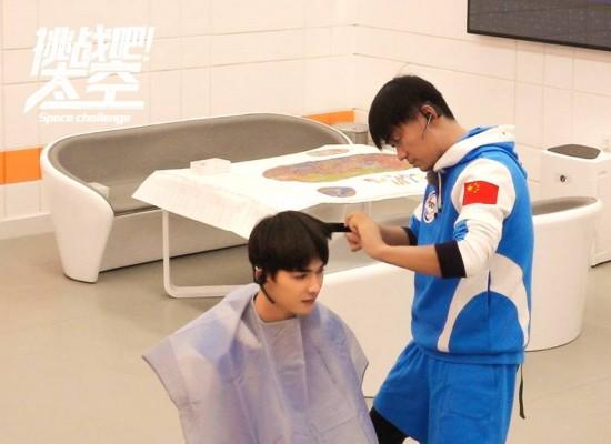 王宝强为朱正廷剪新发型 寸头显阳刚手艺