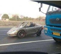 路上偶遇一跑车