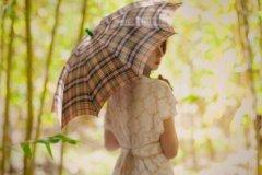 雨伞下的伤心回忆优美图片