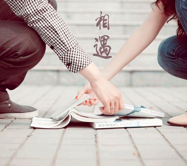 恋人拉手带字的唯美图片