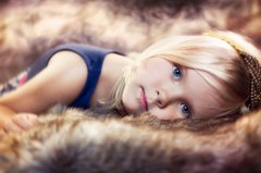 小女生可爱图片_活泼快乐的小女生