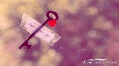 贴在玻璃外的浪漫钥匙图片
